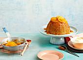 Glutenfreier Steamed Pudding mit Mandeln und Pfirsichen