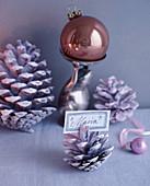 Weihnachtsdeko mit Pinienzapfen als Namensschildhalter