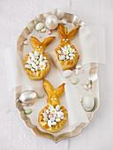 Osterhasenkränze mit kleinen Zuckerostereiern
