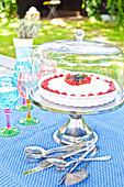 Sommerliche Beerentorte auf Gartentisch