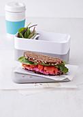 Vollkornbrot-Sandwich mit Rote-Bete-Creme und Lachs (Office Food)