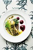 Fischfilet mit brauner Butter, Kapern, Tapenade, Kartoffeln und Mangold