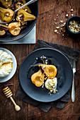 Gebratene Birnen mit Honig-Labneh und kandierten Haselnüssen