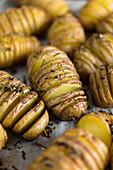 Eingeschnittene Ofenkartoffeln - einfache Grillbeilage