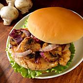 Sandwich mit Hähnchenbrust, Pilzen und Zwiebel vom Grill