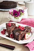 Schokolade-Rote-Bete-Kuchen mit Schokoladensauce und Beeren