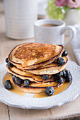Pancakes mit Blaubeeren und Ahornsirup