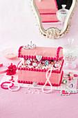 Süsses, pinkfarbenes Schmuckkästchen mit Buttercreme