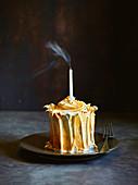 Kleiner Zitronen-Baiserkuchen mit ausgepusteter Kerze