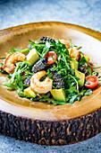 Rucolasalat mit Raupen, Garnelen, Avocado und Kirschtomaten