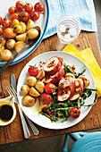 Hähnchenbrust mit Olivenfüllung, Babykartoffeln und Tomaten