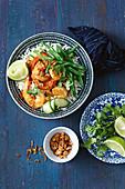 Thailändische Rotcurry-Garnelen mit Gurke und Reissalat