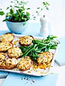 Gefüllte Kartoffeln vom Blech mit Thunfisch, Mornaysauce und Cheddar