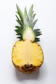 Halbierte Ananas auf weisser Fläche