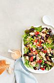Salat nach griechischer Art mit Feta und Tomatendressing