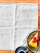 Ein Stück Rhabarber-Kamillen-Tarte