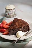 Ein Stück Schokoladentorte (ohne Mehl gebacken), Erdbeeren und Sahne