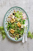 Perlgraupensalat mit Gemüse, Tofu und Trauben (vegan)