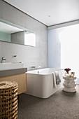 Modernes minimalistisches Bad mit großer Badewanne