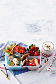 Bento-Box mit Hähnchen-Käse-Röllchen und Vanille-Frischkäse-Dip
