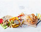 Smiley-Kekse, Schoko-Reiswaffeln, Minipfannkuchen mit Marmeladenfüllung