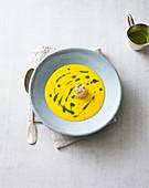 Kürbissamtsuppe mit gebratener Jakobsmuschel und Pesto