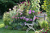 Sitzplatz am Beet mit Stauden und Sommerblumen