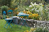 Sitzplatz im Garten am gelb weißen Beet