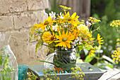 Ländlicher Strauß aus gelben und weißen Blumen