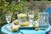 Erfrischungsgetränk mit Zitrone und Zitronenverbene