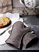Selbstgenähte Kochhandschuhe aus dickem grauem Filz