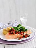 Lachs mit Paprika-Kapernsauce Kartoffeln und Brokkoli
