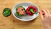 Gefüllte Paprika mit Hackfleisch in der Mikrowelle zubereiten