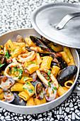 Rigatoni mit Meeresfrüchten, Petersilie und Tomatensauce