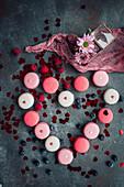Macarons und Beeren zum Valentinstag