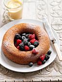 Kranzkuchen mit Beeren und Puderzucker