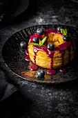 Cronut gefüllt mit Blaubeercreme und mit Zuckerguss überzogen