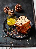Mehrere Stücke Schoko-Bananenkuchen mit Maracujasauce