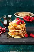 Quinoa-Kokos-Pancakes mit Himbeeren