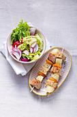 Bunter Salatteller mit fruchtigen Käsespiessen