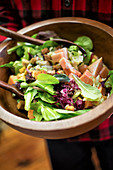 Mixed leaf salad with papaya and croutons
