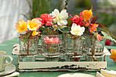 Begonienblüten in Gläsern als Tischdeko