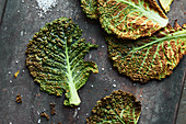 Low-carb crisps: crisps savoy cabbage leaves