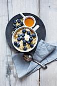 Porridge mit Joghurt, Blaubeeren und Mandeln