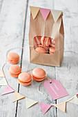 Aprikosen-Macarons zum Valentinstag in Papiertüte und davor