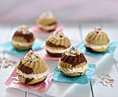 Vegane Mini-Marmorguglhupfe, gefüllt mit Vanillecreme, bestreut mit bunten Zuckerperlen