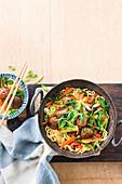 Stir Fry mit Hackfleischbällchen, Nudeln und Gemüse (Asien)