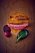 Rosa gebratenes Entenfleisch mit Gemüsebeilagen (Aufsicht)
