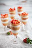 Cremiges Schichtdessert mit Erdbeeren und Rhabarber