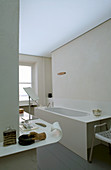 Blick auf Badewanne im Badezimmer mit Designer-Ablage